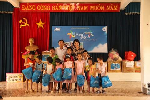 MB tặng quà cho trẻ em có hoàn cảnh đặc biệt khó khăn