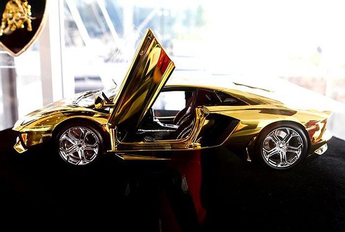 Chạm khắc từ 500 kg vàng khối và gắn nhiều loại đá quý, siêu xe mô hình Lamborghini Aventador có giá gấp gần 20 lần siêu xe thật.