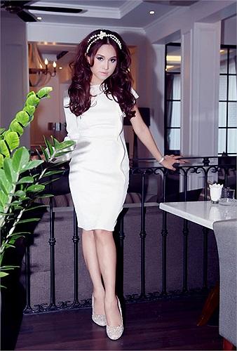 Cô cũng xuất hiện nhiều bên người bạn thân Hoàng Thùy Linh.
