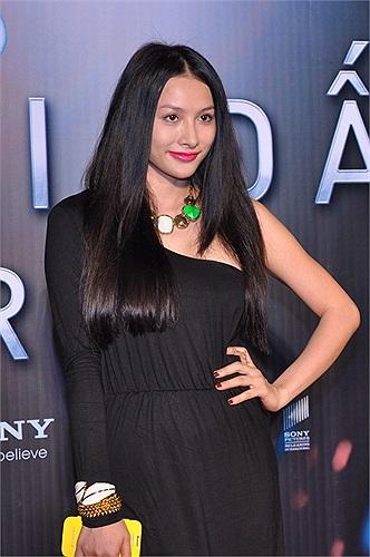 Hotgirl Trương Nhi, một gương mặt mới, từng đóng phim tết 'Nhà có 5 nàng tiên' tối qua kín đáo một cách lạ thường.
