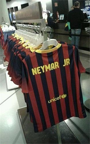 Áo đấu có tên của Neymar đã xuất hiện ở cửa hàng lưu niệm.