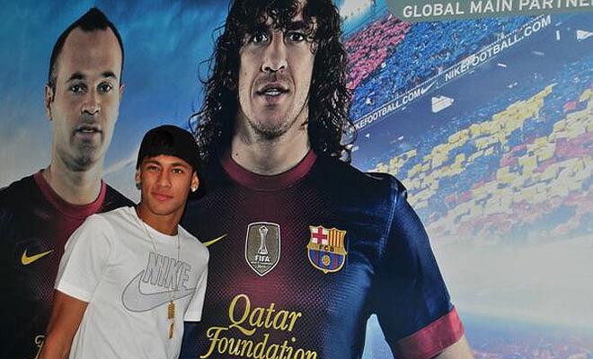 Neymar bên những biểu tượng của Barca.