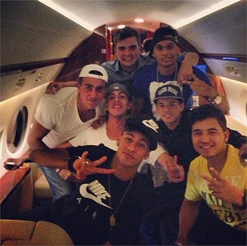 Các chiến hữu tháp tùng Neymar tới Barcelona.