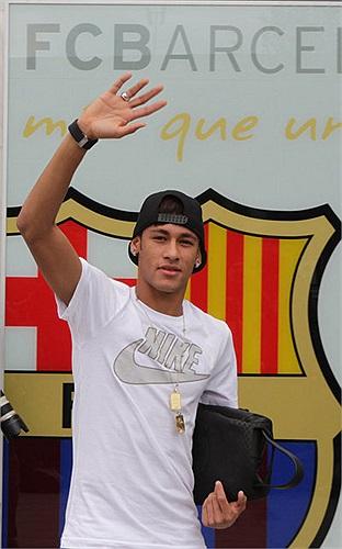 Neymar chính thức đặt chân tới Barca.