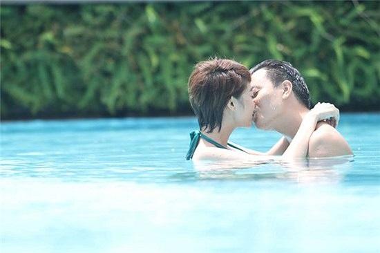 Minh Hằng hôn Lương Mạnh Hải đắm đuối trong một cảnh quay của bộ phim sắp lên sóng.