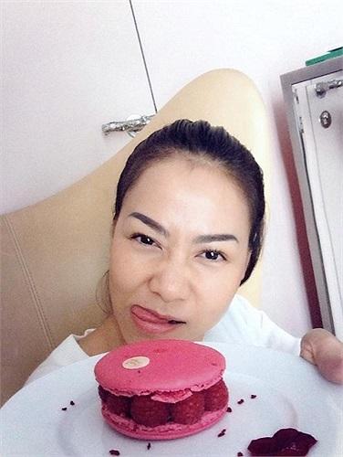 Thu Minh dặn lòng ăn bánh ngọt sẽ béo, nhưng nhất định vẫn ăn.