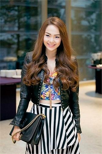 Nữ ca sỹ 'Sắc môi em hồng' Minh Hằng ngày càng xinh đẹp, quyến rũ. Đặc biệt, người đẹp thể hiện đẳng cấp với hàng hiệu, thay đổi xe sang liên tục.