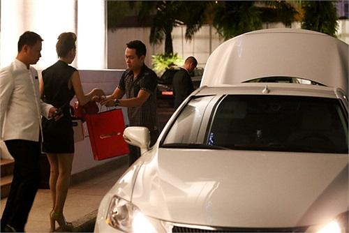 Mới đây, Minh Hằng tự tay sắm cho mình một chiếc siêu xe mui trần trẻ trung của Lexus.