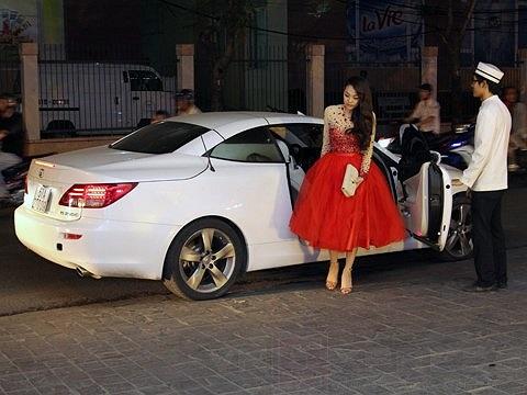 Được biết chiếc xe mui trần Lexus IS 250C mà Minh Hằng mới tậu có giá không dưới 115.000 USD (tương đương 2,4 tỷ đồng) khi về Việt Nam.