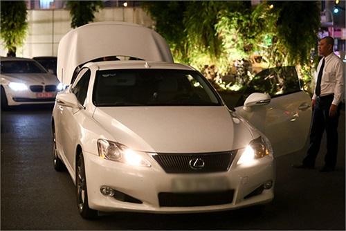 Siêu xe Lexus IS 250C màu trắng sở hữu phong cách thiết kế ngoại thất mới mẻ, sang trọng và sành điệu.