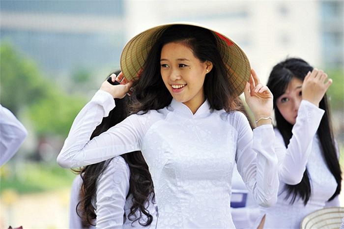 Khánh Vân được các nhiếp ảnh gia khen ngợi về sự làm việc nghiêm túc