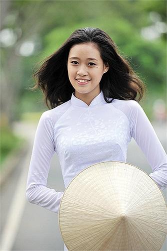 Cô gái này cũng rất yêu thích tà áo dài trắng nữ sinh