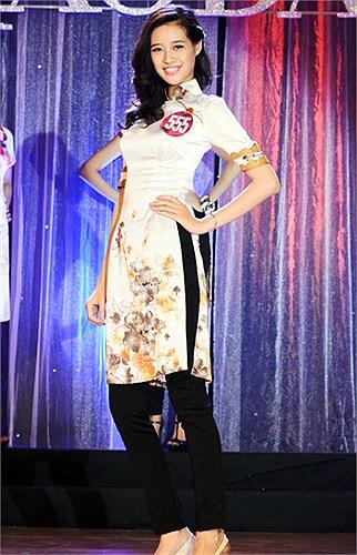 Dáng người Khánh Vân phù hợp với nhiều kiểu áo dài khác nhau