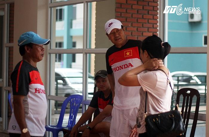 Do nắng nóng thầy trò HLV Trần Vân Phát phải căng cơ trong sảnh của Trung tâm đào tạo.