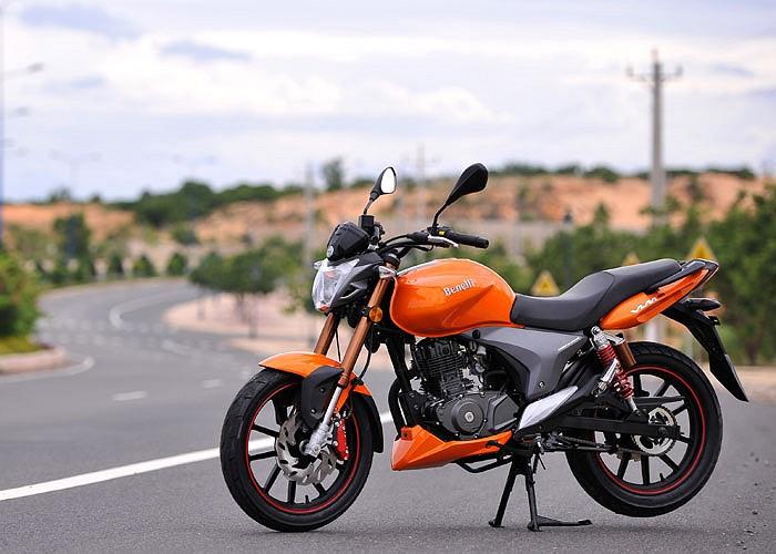 So với các đối thủ trong phân khúc xe thể thao côn tay dưới 150cc, Benelii VLM 150 ít nhiều có ưu thế với nguồn gốc xe nhập và thương hiệu Italia cùng mức giá khá bèo từ 55,9 triệu đồng.