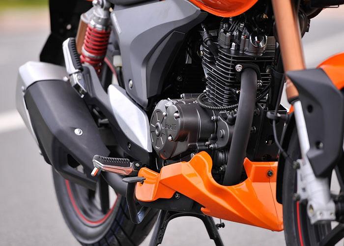 Dù là xe cỡ nhỏ nhưng Benelli VLM 150 2013 được trang bị đĩa phanh 2 piston, với đĩa phanh trước đường kính 260mm và sau 240mm. Lốp trước có kích thước 100/80-17, lốp sau là 130/70/17.