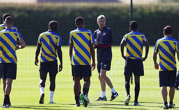 Như thường lệ, Arsene Wenger trực tiếp đốc thúc các học trò tập luyện