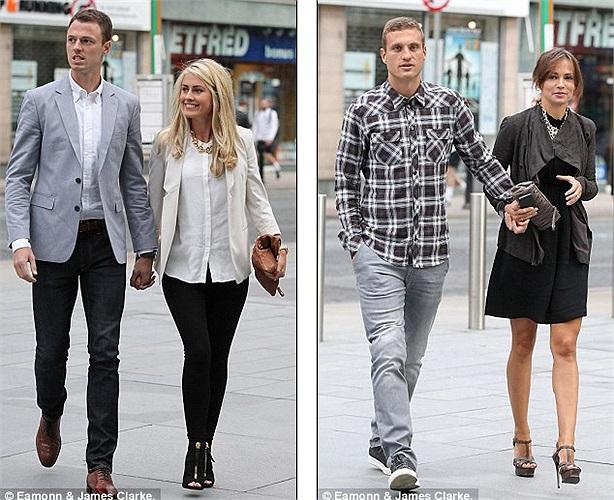 Johnny Evans đến cùng vợ Helen McConnell trong khi Nemanja Vidic sải bước bên cạnh bạn đời Ana Ivanović ở Deansgate (Manchester)