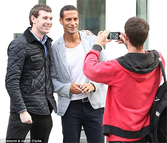 Rio Ferdinand vui vẻ chụp ảnh cùng fan hâm mộ. Hậu vệ người Anh là một trong những cầu thủ MU được yêu mến nhất