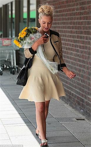 Đẹp dịu dàng dạo phố cùng bộ váy trang nhã, gương mặt trang điểm phớt hồng