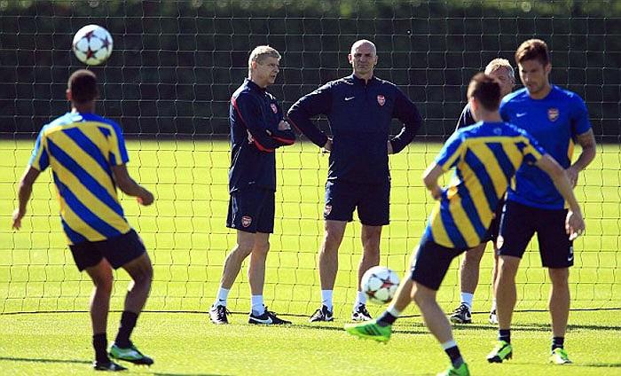 Arsene Wenger cùng trợ lý Steve Bould thảo luận về chiến thuật sắp tới