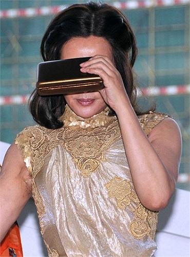 Lưu Hiểu Khánh ngại ngùng che mặt khi bị phóng viên liên tục zoom ống kính vào khuôn mặt.