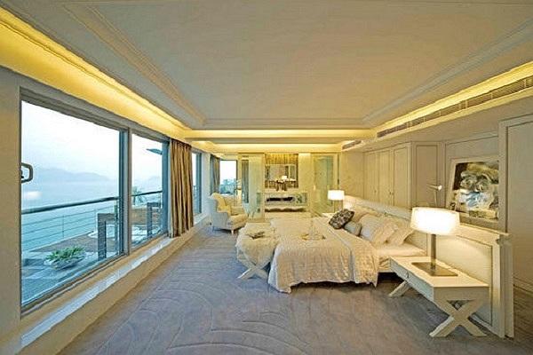Khung cảnh tuyệt đẹp với view ngắm toàn cảng biển Hồng Kông khiến người xem không khỏi ngưỡng mộ trước sự 'chịu chơi' của vợ chồng Triệu Vy.