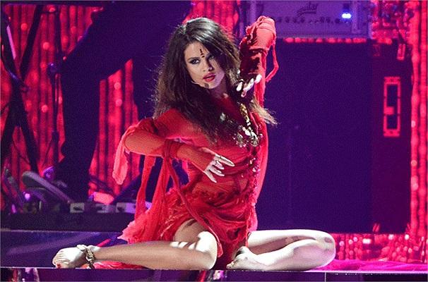 Selena Gomez nóng bỏng trong một màn biểu diễn trên sân khấu