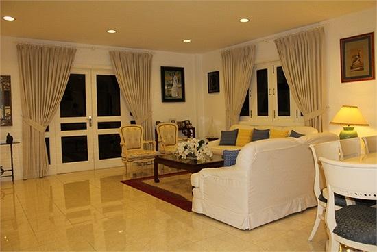 Phòng khách của căn biệt thự được bài trí đơn giản nhưng đầy tinh tế.