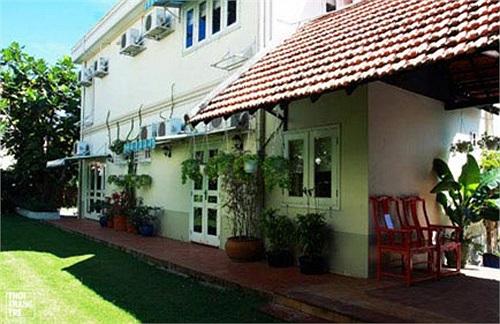 Vào ban ngày, ngôi nhà  nổi bật hơn nhờ thảm cỏ xanh mướt quanh nhà.