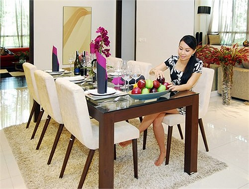 Phòng ăn của gia đình nằm giữa bếp và phòng khách được bố trí bên cạnh nhau rất nhẹ nhàng với các dụng cụ bếp hiện đại, thuận tiện cho việc nấu nướng, dọn dẹp mà không lưu lại mùi thức ăn.