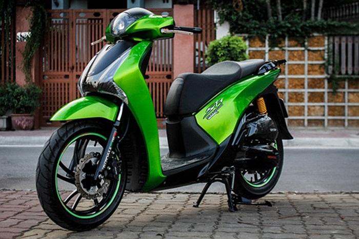Mẫu Honda SH 2012 được một tay chơi xe Việt độ theo phong cách xe mô tô phân phối lớn Kawasaki Z1000 với lớp sơn màu xanh lá, kết hợp cùng nhiều món đồ chơi, phụ kiện độc đáo