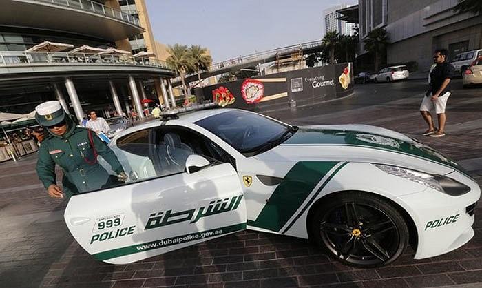 Siêu xe Ferrari FF được ưu ái dành cho các nữ cảnh sát. Ảnh Reuters