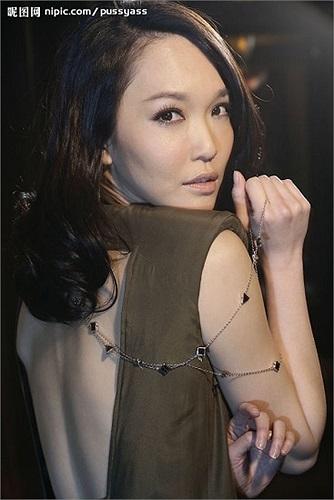 Những vai diễn khiến khán giả nhớ nhất là Tiểu Long Nữ trong Thần điêu đại hiệp, Bạch Xà trong Thanh Xà, Bạch Xà.