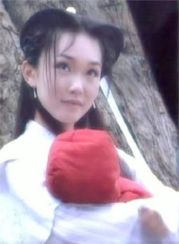 Phạm Văn Phương ghi điểm với diễn xuất tinh tế và ổn định, gương mặt đẹp cùng nụ cười sáng.