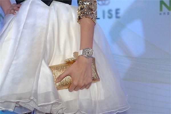 Trước đó trên thảm đỏ đêm trao giải Ngôi sao của năm 2012 của một tờ báo, Hoa hậu cũng  thu hút truyền thông khi đeo chiếc đồng hồ gắn kim cương đắt tiền.