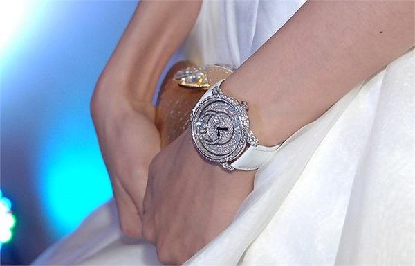 Chiếc đồng hồ này có kiểu dáng khác một chút so với chiếc Diễm Hương đeo tuần qua.