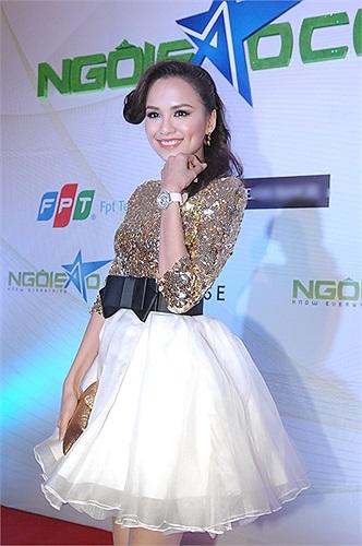 Diễm Hương cũng không dùng trang sức kim cương tiền tỷ.