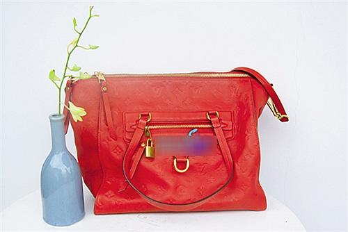 Chiếc túi hiệu LV tone cam này được người đẹp đặc biệt yêu thích.