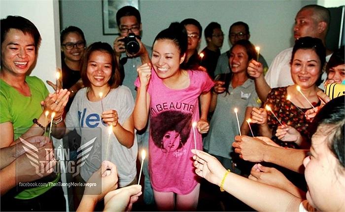 Ở cả những khoảnh khắc tự nhiên nhất, như bữa tiệc sinh nhật cùng đoàn làm phim, Hoàng Thùy Linh vẫn đẹp rạng ngời.