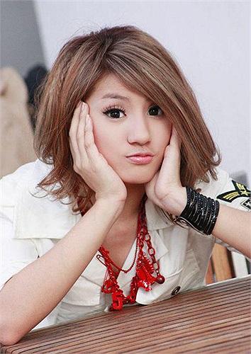 Cô gái này nổi tiếng từ cuộc thi Freshie Girl - một cuộc thi tuyển chọn những gương mặt xinh đẹp, tài năng trong giới trẻ,...