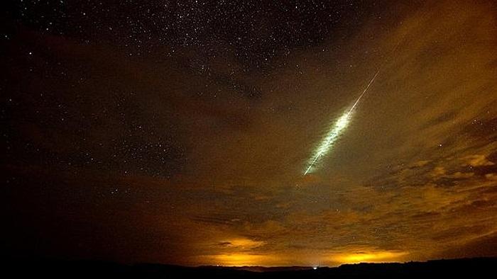 Ánh sáng xanh kỳ ảo trên bầu trời trong mưa sao băng Perseid