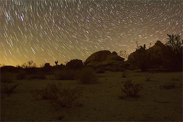 Bức ảnh chụp ở chế độ phơi sáng lâu, tạo nên hiệu ứng xoay tròn của bầu trời