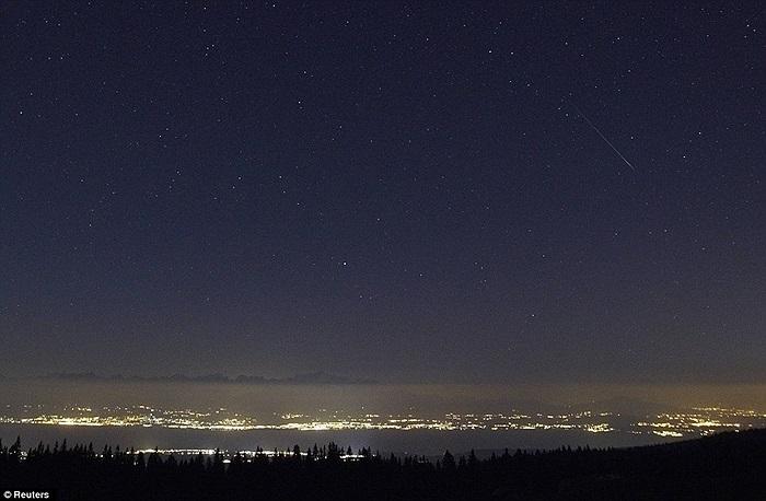 Bầu trời đây sao và những vệt sao băng sáng rực trong đêm