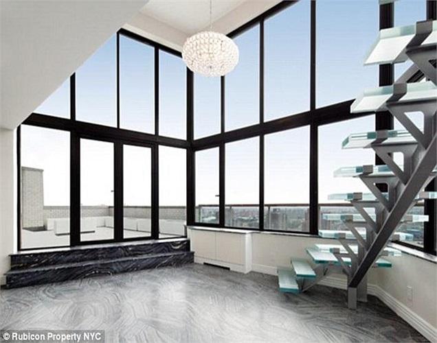Căn hộ có diện tích gần 300m2, nằm trên tầng 22 và 23 tòa nhà trên phố 72 Manhattan. Nó được ví von như một hang động lấp lánh trên bầu trời New York.