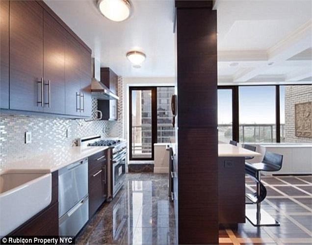 Căn penthouse gồm 4 phòng ngủ, 6 phòng tắm, trần nhà cao gần 5m rưỡi, bên ngoài có các tấm pin mặt trời và cả một bãi golf thu nhỏ.