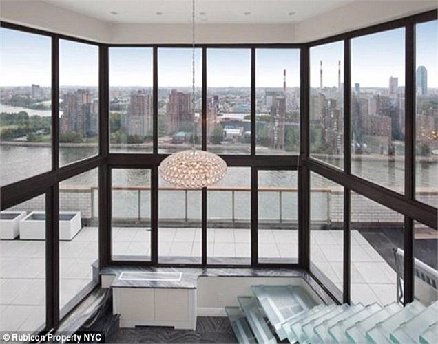 Chính nam ca sĩ kiêm diễn viên từng đoạt giải Oscar cũng góp sức thiết kế nên căn penthouse tuyệt đẹp này. Bản thân ông sống tại đây từ năm 1961 đến năm 1972.