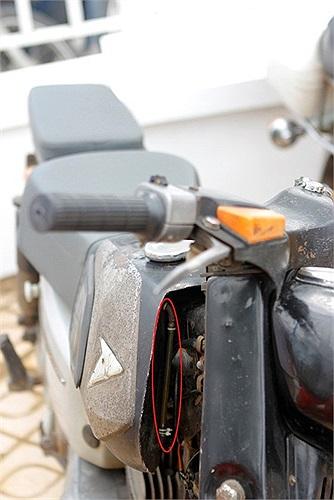 Xe không có đồng hồ báo xăng, thay vào đó là một ống báo mực xăng rất trực quan ở phần đầu xe.