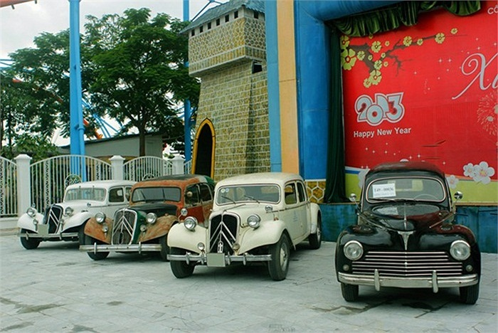 Bên cạnh những mẫu xe máy cổ, buổi gặp gỡ còn quy tụ nhiều mẫu ô tô cổ nổi tiếng.