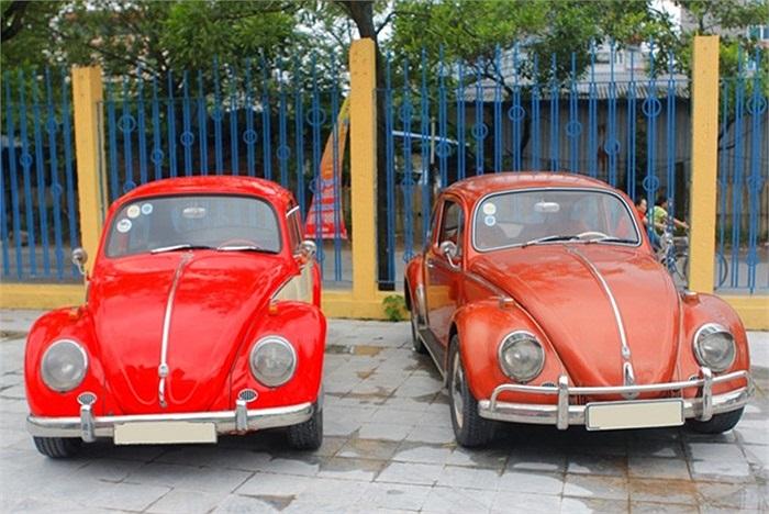 Hai chiếc xe Volkswagen Beetle cổ. Những chiếc xe con bọ dù có thay đổi qua nhiều thế hệ nhưng vẫn giữ được những nét rất riêng của dòng xe này.